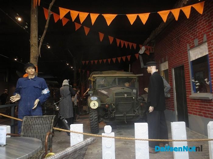 Bezoek aan Oorlogsgsmuseum Nijverdal waardevol, Canadees embleem aangeboden