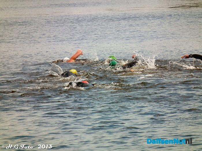 Triatlon zwemmers trainen in de Vecht. - Foto: H.G. Foto