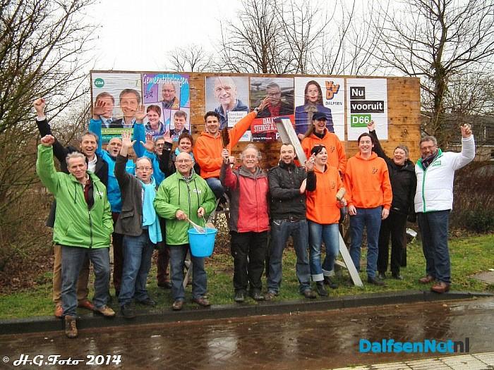 Politieke partijen Dalfsen plakken hun eerste verkiezingsposters. - Foto: H.G. Foto