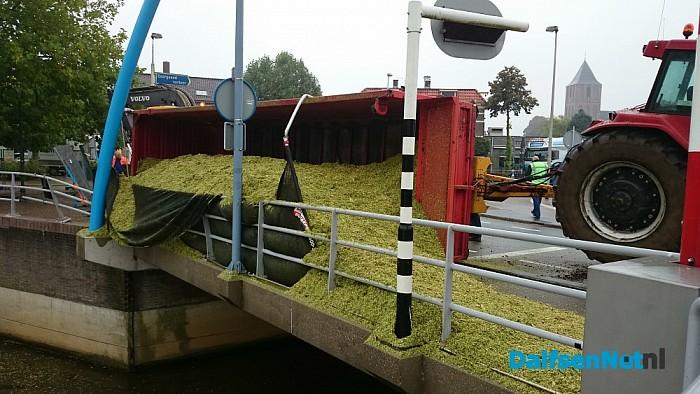 Lading met maïs gekanteld op de Vechtbrug - Foto: Robert Bril