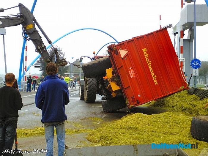 Lading met maïs gekanteld op de Vechtbrug