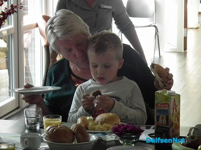 Langste eettafel voor ouderen in Brugstede - Foto: Robert Bril