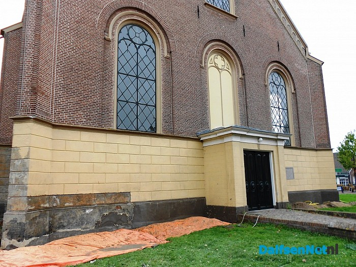 Kerk in Heino aan de buitenkant onder handen