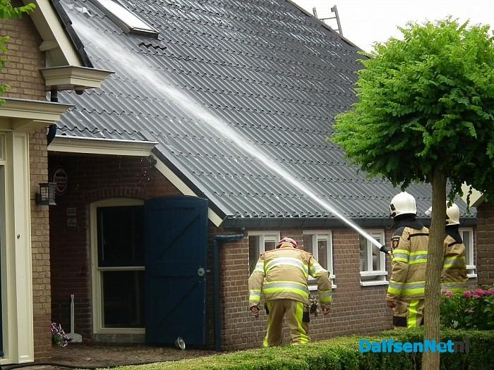 Brand in het dak bij boerderij in Nieuwleusen - Foto: Robert Bril