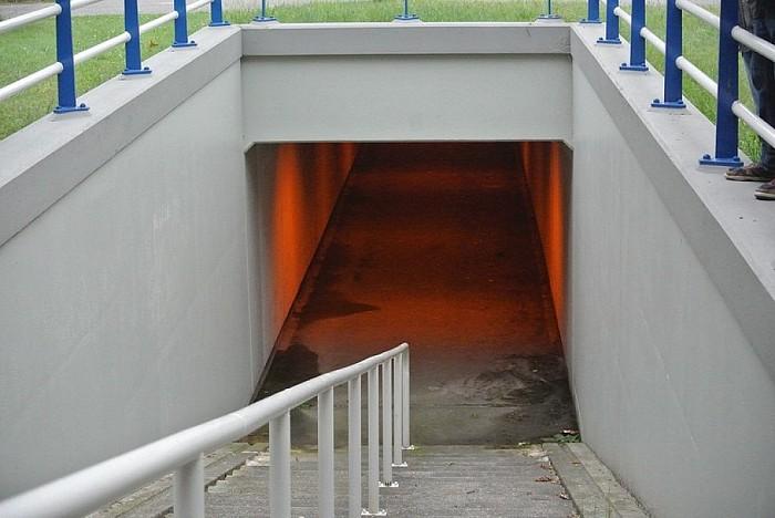 Vat bijtende stof aangetroffen fietstunnel Wijthmen - Foto: Niels Jansen