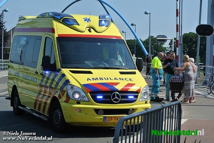 Fietser komt ten val bij de brug - Foto: Niels Jansen
