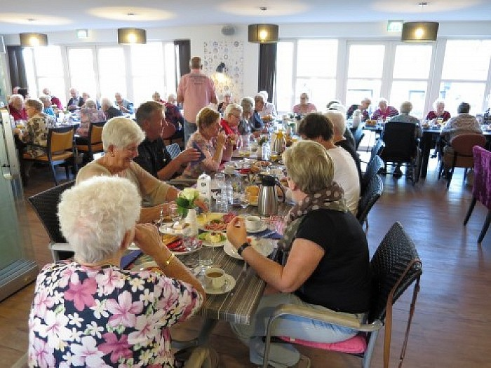 De langste eettafel staat in de Brugstede te Lemelerveld - Foto: Wim