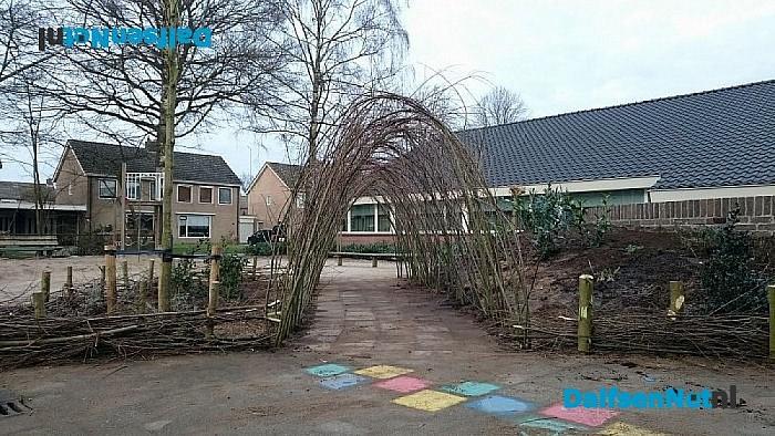 Wilgentenentunnel op het plein van de Cazemierschool