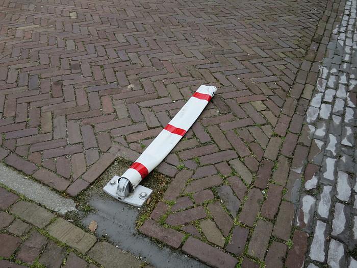 Palen staan er niet om ze omver te rijden - Foto: Wim