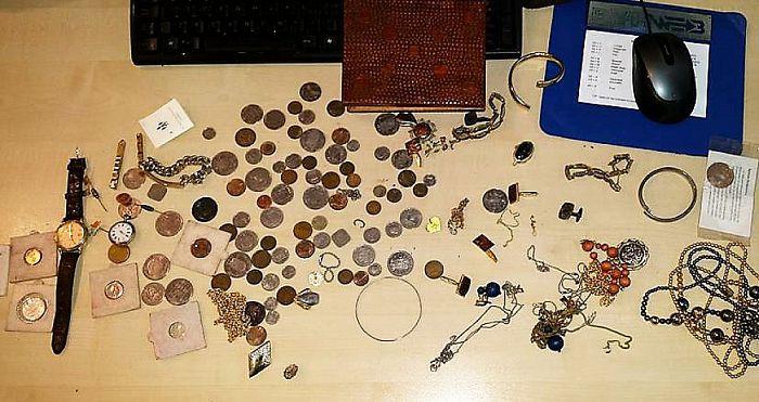 Kent u iets van deze goederen? - Foto: Politie