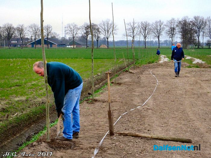 Bomen planten rond het evenemententerrein. - Foto: H.G. Foto