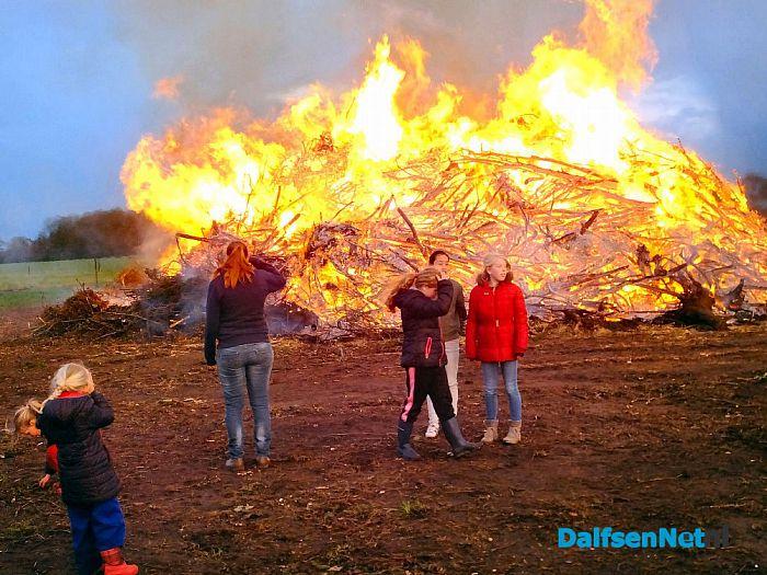 Paasvuur Oudleusen ook in de brand. - Foto: H.G. Foto