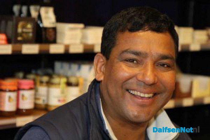 Zilversmid Dambar op bezoek in wereldwinkel Dalfsen - Foto: Ingezonden foto