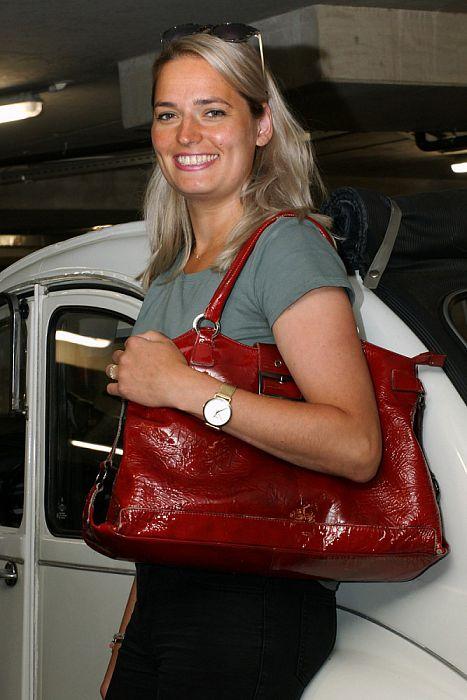 Vrouw met tas: Daniëlle de Krosse - Foto: Paul Scholten
