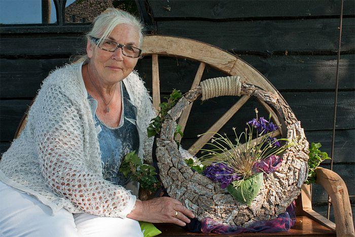 Vrouw met tas: Diny Laarman - Foto: Paul Scholten