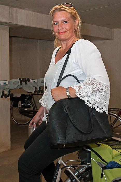 Vrouw met tas: Mieke Nes - Foto: Paul Scholten