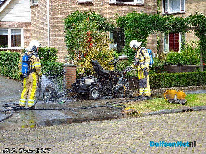 Stiga onkruidbrander vat vlam aan het Oosterveen. - Foto: H.G. Foto
