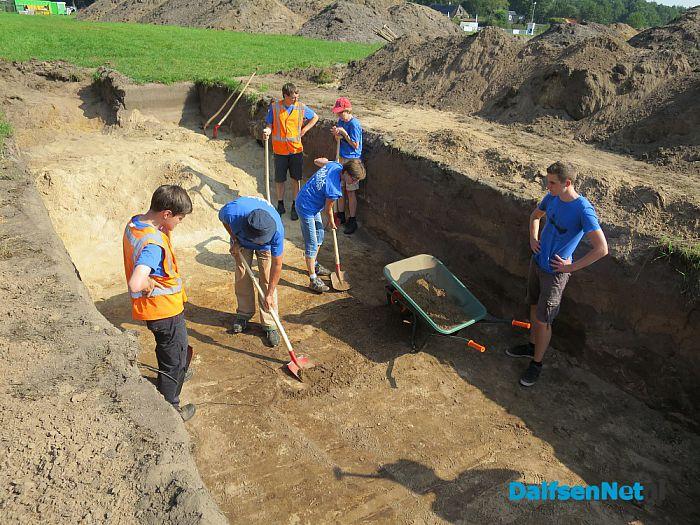 Er wordt driftig gezocht naar sporen in Gerner - Foto: Wim