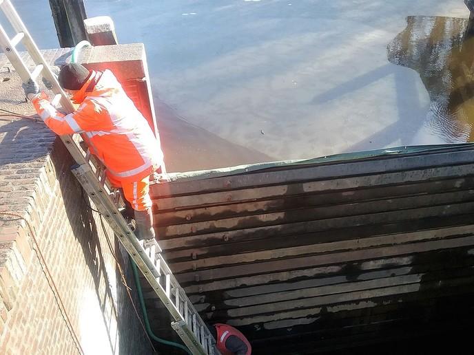 De  oude sluisdeuren worden vervangen - Foto: eigen geleverde foto