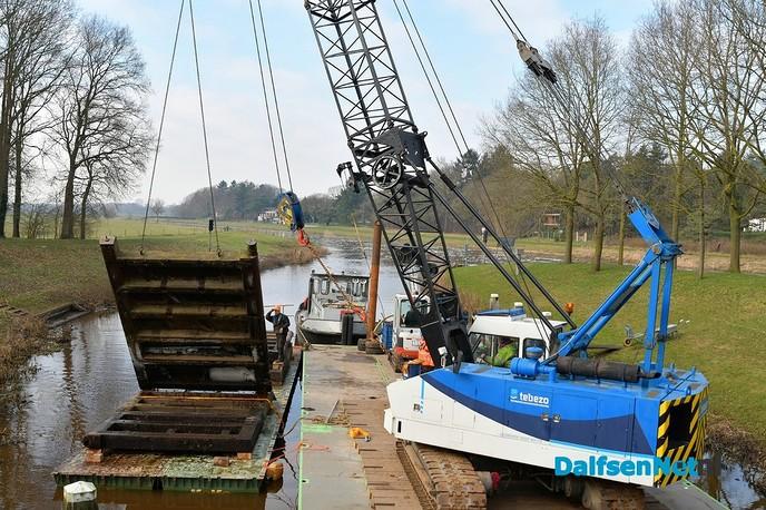 Sluisdeuren op transport voor nieuwe - Foto: Johan Bokma
