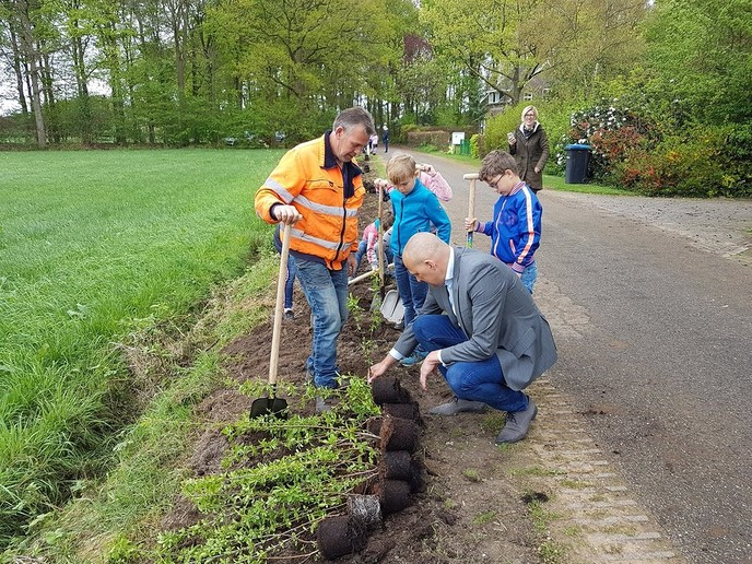 Bomen planten - Foto: Gemeente Dalfsen