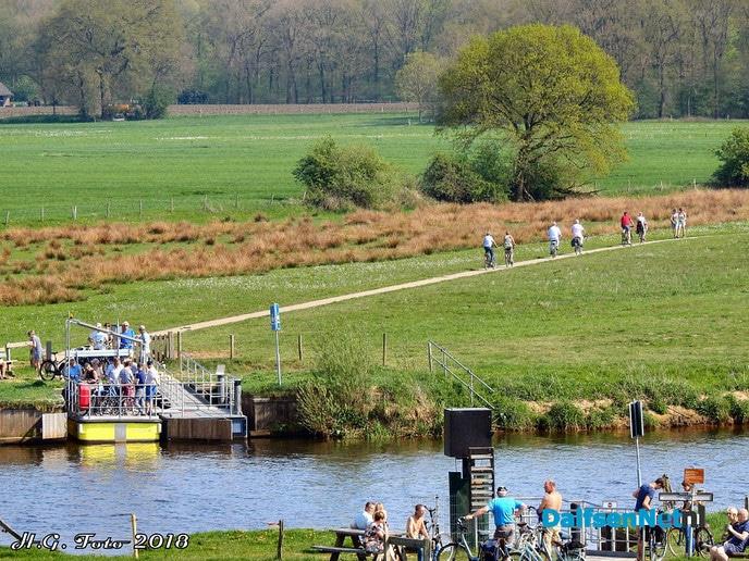Het pontje bij Hessum is weer open - Foto: H.G. Foto