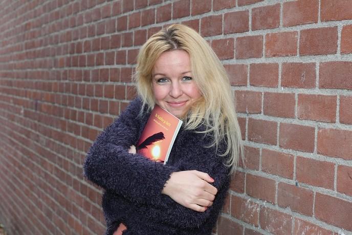 Schrijfster Sanne Haarsma signeert - Foto: eigen geleverde foto