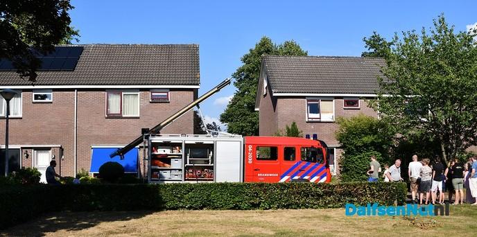 Buren helpen bij brand aan de Kievitsbloem in Dalfsen - Foto: Johan Bokma