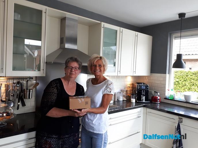 Anita krijgt gratis taartje van de BakSTER. - Foto: Ingezonden foto