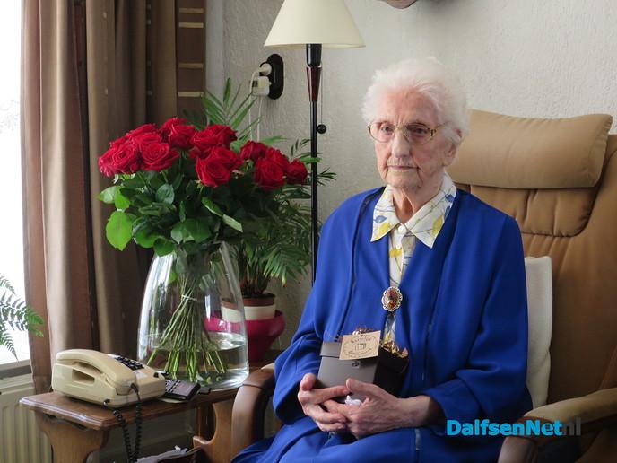 101 jarige, een boterham met honing en een berenburgie - Foto: Wim