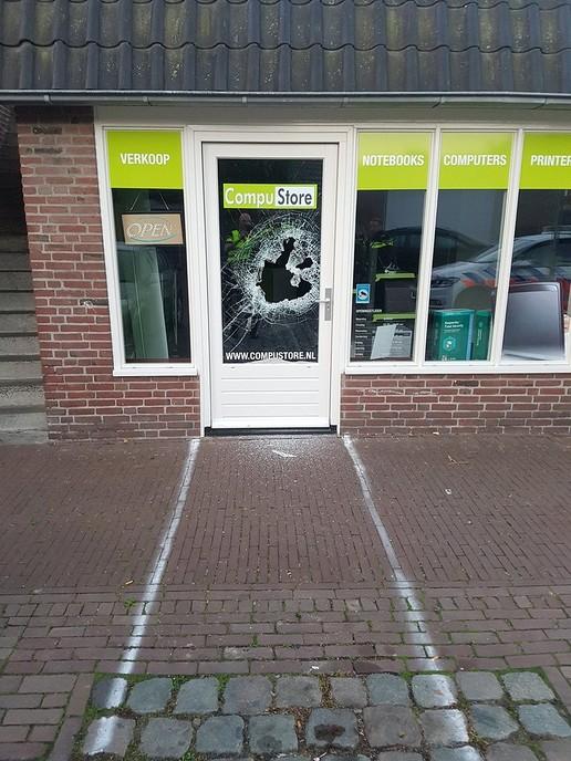 Glasschade bij poging inbraak Compustore - Foto: Politie Dalfsen