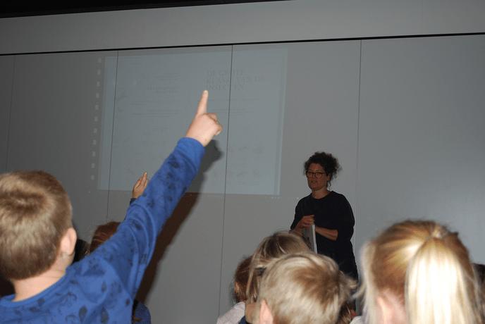 Kinderen  op bezoek bij illustrator Medy Oberendorff. - Foto: eigen geleverde foto