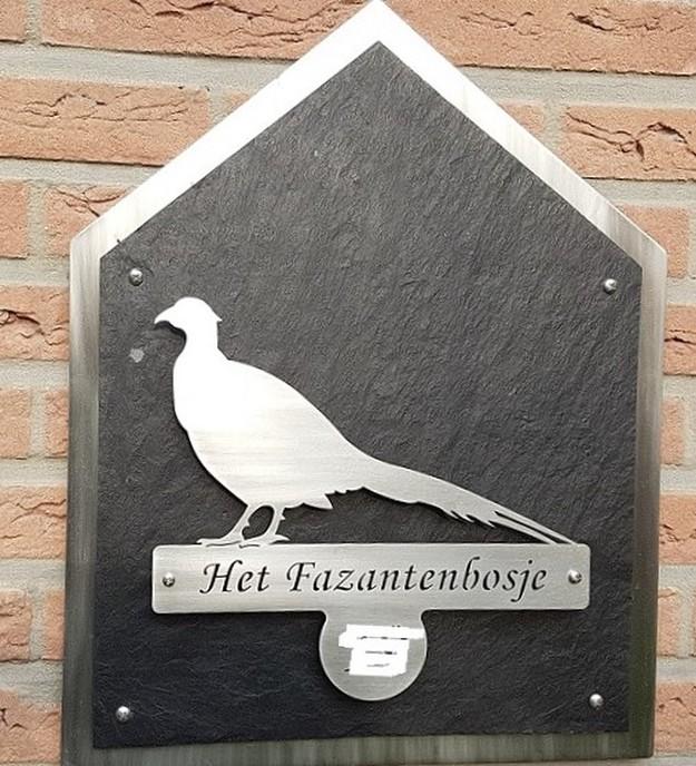 huisnummerbordje in Hessum - Foto: Gruune Jopie