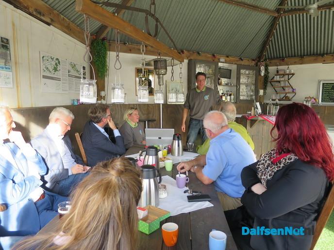 Het college van Dalfsen op bezoek bij Decohof - Foto: Wim