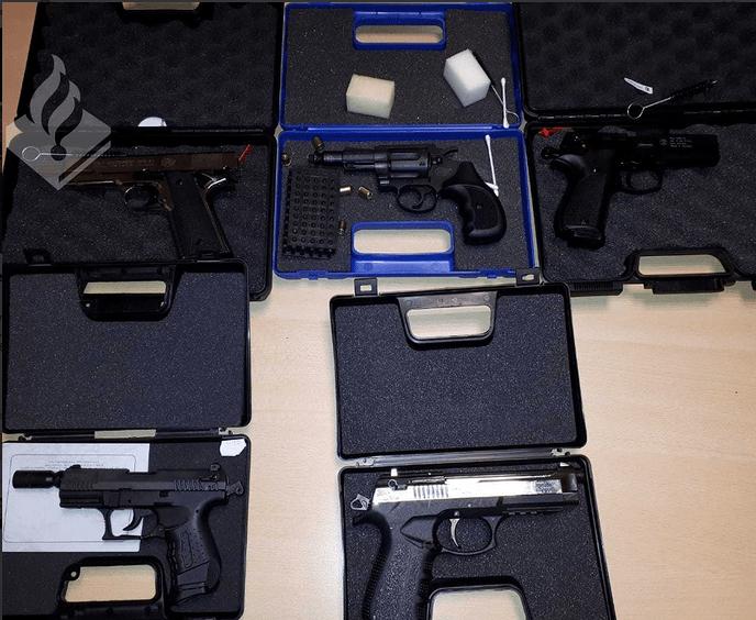 Politie Heino neemt 5 vuurwerkpistolen in beslag - Foto: Politie