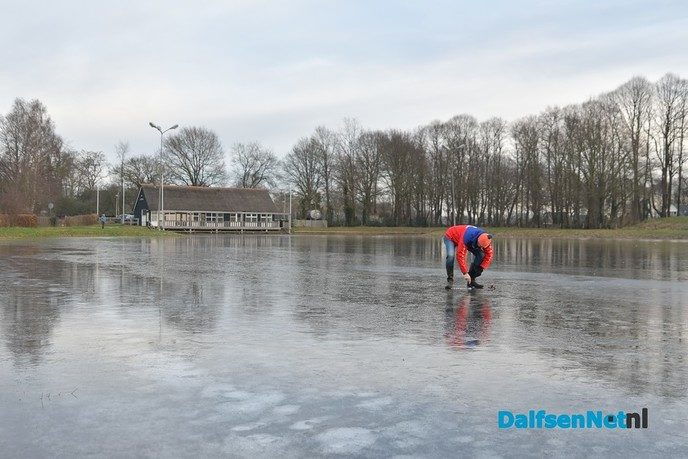Slechts 1 cm ijsgroei afgelopen nacht op de ijsbaan - Foto: Johan Bokma