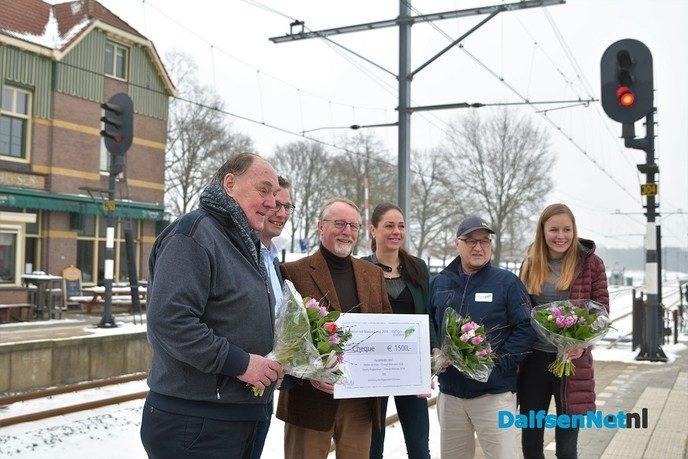 Stationsloop reikt cheque uit aan Vechtgenotenhuis Ommen - Foto: Johan Bokma