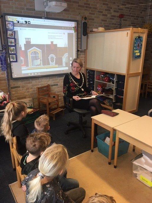 Burgemeester van Lente leest voor op basisschool de Wegwijzer in Nieuwleusen. - Foto: eigen geleverde foto