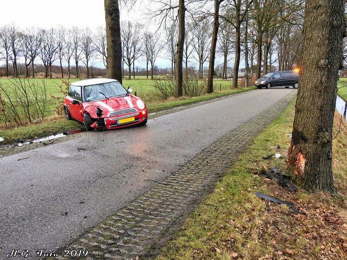 Auto tegen de boom in Nieuwleusen
