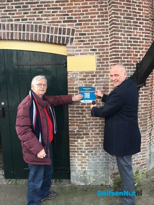 Wethouder ontvangt schildje met QR-code Westermolen - Foto: Ingezonden foto
