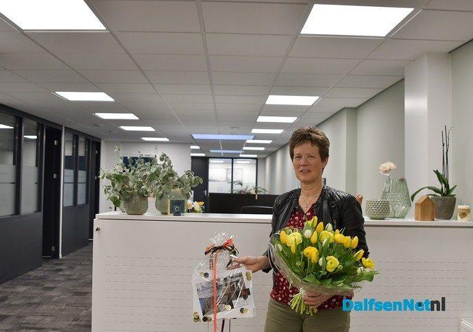 Henny Goos neemt de hoofdprijs in ontvangst bij Jeanette Visscher Makelaars - Foto: Johan Bokma