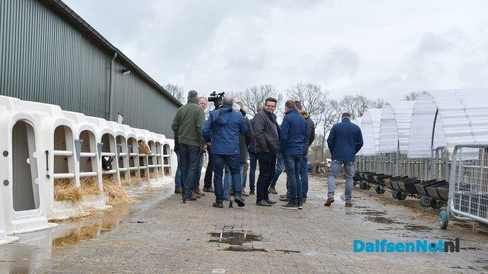 VVD-Europarlementariër Huitema onder indruk van zonnestroomproject Vinkenbuurt - Foto: Johan Bokma