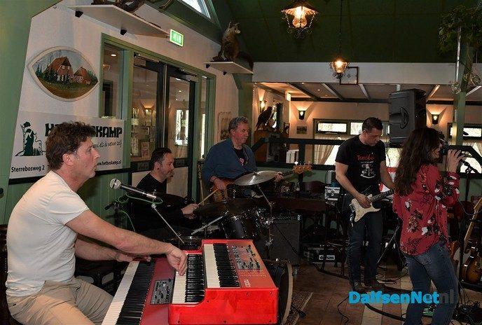 Blues fans genieten bij Het Boskamp van Carolina and the BluesMen - Foto: Johan Bokma