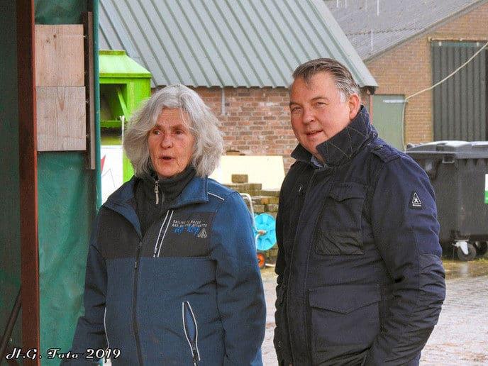 Burgemeester Hans Vroomen hielp bij 't olde manegepeerd.