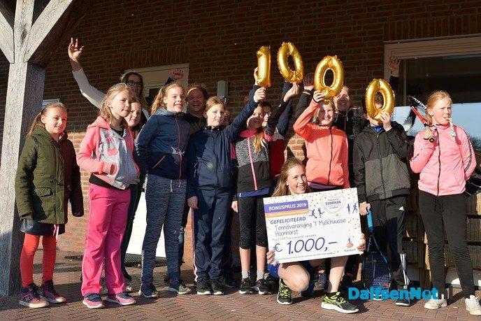 Cheque van € 1.000,- voor Tennisvereniging `t Melkhuussie - Foto: Johan Bokma