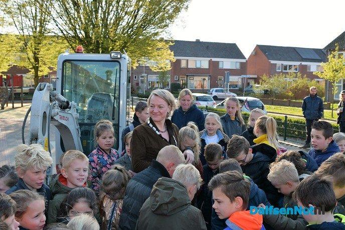 Burgemeester van Lente gaat voor een groen schoolplein - Foto: Johan Bokma
