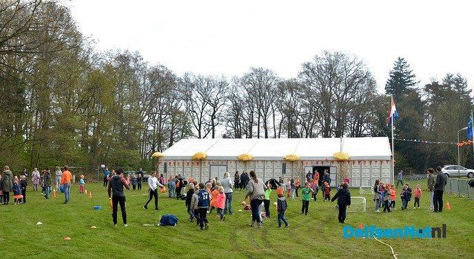 Burgemeester onthult dorpsvlag Hoonhorst tijdens Koningsdag - Foto: Johan Bokma