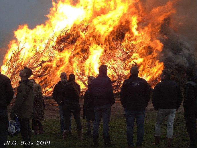 Paasvuur Oudleusen brandt als een fakkel