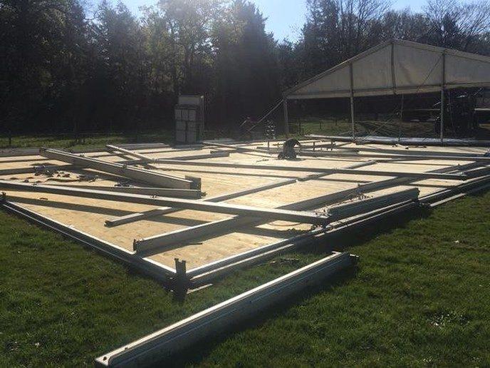 Opbouw tent Oranjefeest Hoonhorst - Foto: Ingezonden foto