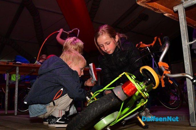 Fietsen pimpen in de tent bij de Oranjevereniging Dalfsen - Foto: Johan Bokma